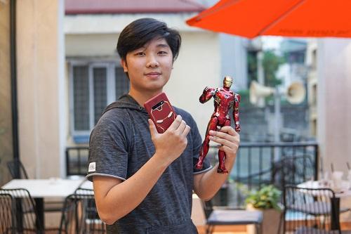 Do không thể lúc nào cũng mang theonhững mô hình giáđắt đỏ, chàng trai Hà Nội sưu tập thêm những món đồ dùng mang hình ảnh Marvel để thỏa chí như ly cốc, poster phim, ốp điện thoại... Mới đây, Tất Thành sắm ốp lưng hình tượng Iron Man cho chiếc smartphone Galaxy S10+ của mình.
