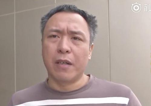 Ông Xiao quyết đòi lại số tiền lẻ bị thiếu. Ảnh: PearVideo