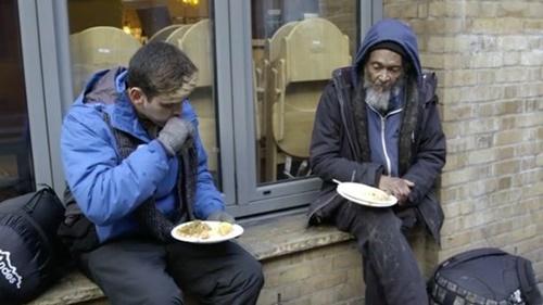 Chàng trai trẻ nhận ra nhiều bài học sau cuộc gặp gỡ với người đàn ông 70 tuổi. Ảnh: Mirror.