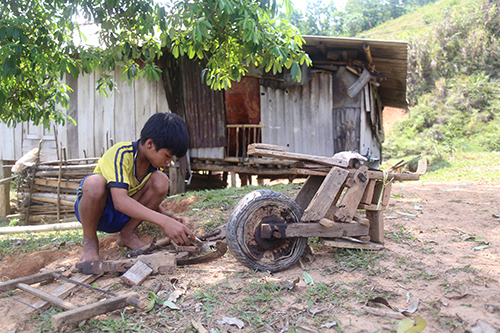 Thiết tự chế xe gỗ ở một góc nhỏ sau vườn nhà. Ảnh: Hoàng Táo