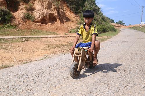 Chiếc xe tự chế chạy trên con đường nhựa trước mặt nhà.Ảnh:Hoàng Táo