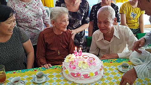 Con cháu hai bên vui mừng tổ chức cho cha mẹ cuộc gặp gỡ sau 65 năm xa cách. Ảnh: Mỹ Duyên.