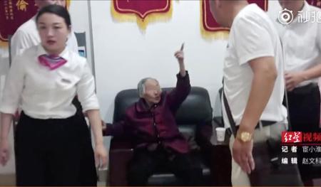 Cụ bà vẫn an toàn sau khi trèo 9 tầng chung cư. Ảnh: Weibo.