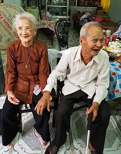 Cuộc sống khiến cụ ông và cụ bà quên lãng nhau 65 năm, dù trong cùng một xã. Nhưng con cháu đã giúp họ gặp lại nhau. Ảnh: Mỹ Duyên.