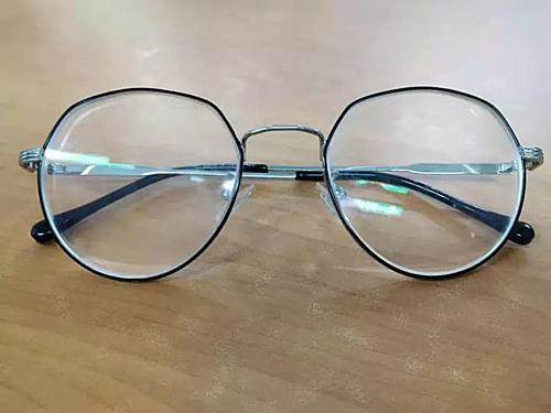 Chiếc kính mới của Zheng. Ảnh: Xuehua.