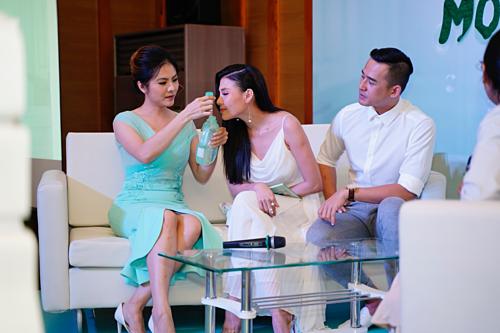 Diễn viên Vân Trang và Thuý Diễm thử sản phẩm Babi Mild.