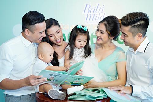 Gia đình diễn viên Lương Thế Thành -Thuý Diễm và Vân Trang cùng các bé đã góp mặt trong buổi hội thảo Babi Mild.