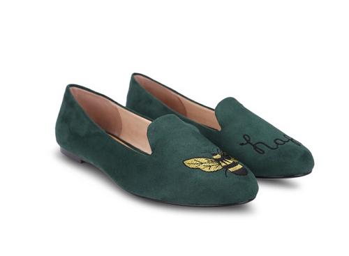 Hoặc nếu yêu thích kiểu giày thêu tay, bạn có thể cân nhắc mẫu giàymũi tròn thêu S10016 Girlie màu xanh. Giá bán: 477.000 đồng.