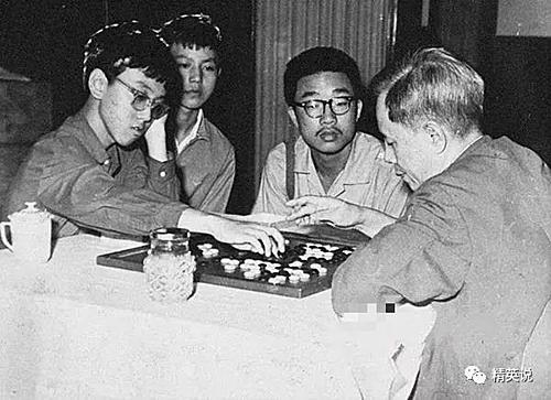 Ninh Bo chơi cờ vây với phó thủ tướng Trung Quốc Fang Yi. Ảnh: Sina.