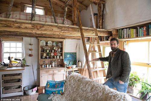Mark tự tay xây dựng ngôi nhà gỗ trong rừng.