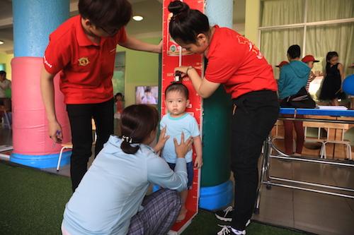 Các bé được đo chỉ số cân nặng, chiều cao tại sự kiện.