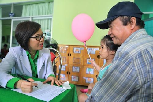 Hơn 300 trẻ em được các bác sĩ, chuyên gia NutiFood tư vấn tại chỗ với phiếu đánh giá tình trạng dinh dưỡng chi tiết.