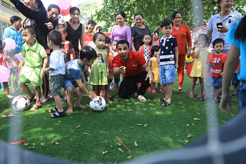 MC Quyền Linh cùng các em tham gia trò chơi vận động ngoài trời.