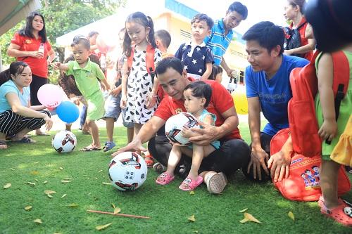 Quyền Linh cùng các em nhỏ chơi trò vận động ngoài trời tại sự kiện đầu tiên trongHành trình vì một Việt Nam thoát khỏi suy dinh dưỡng, thấp còi.