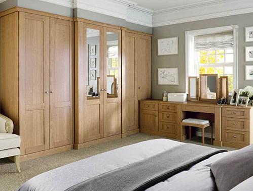Tủ âm tường giúp căn phòng trông gọn gàng hơn. Ảnh: Strachan Furniture