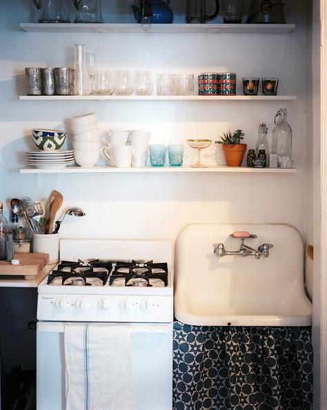 Với nhà bếp chật, phái trên kệ nấu nướng không lắp tủ nhiều ngăn mà hãy lắp các giá để đồ để tạo cảm giác thông thoáng. Ảnh: Ionny