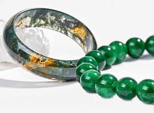 Bạn có thể chọn vòng tay đá cẩm thạch và vòng ngọc băng thủy tảo huyết ni từ chất liệu đá tự nhiên để làm quà tặng mẹ nhân dịp này.