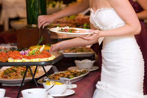 Phần thức ăn người phụ nữ mang về ước tính ít nhất200 đôla (khoảng 4,6 triệu đồng). Ảnh minh họa: Mirror.