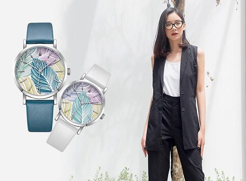 [Caption]Cô nàng phong cách cá tính có thể lựa chọn mẫu áo dáng dài hai túi cá tính, cùng đồng hồ nữ dây da JA-1090 màu trắng hoặc xanh dương.