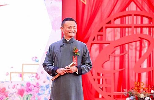 Jack Ma đã có buổi nói chuyệnhài hước vàchơi chữ trong đám cưới tập thể của nhân viên Alibaba tổ chức thường niên vào tháng 5. Ảnh: Yahoo.