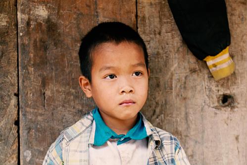 Những đứa trẻ phờ phạc vì đói khiến HHen Nie xúc động.