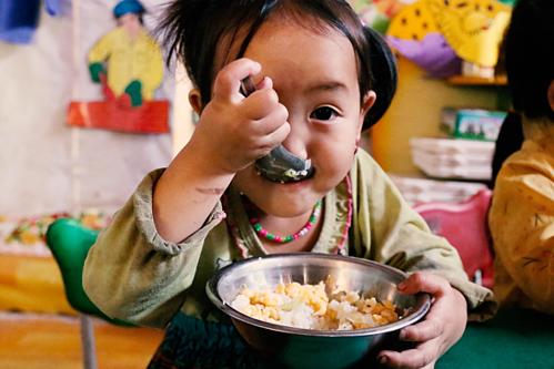 Những đứa trẻ vui sướng khi một tháng đôi lần được ăn thịt và cá khô.