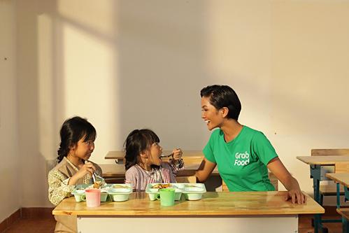 HHen Niê kêu gọi ủng hộ những suất ăn 8.500 đồng cho trẻ Tây Bắc.