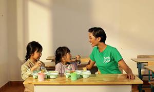 H'Hen Niê xúc động trước những em bé vùng cao bỏ học vì thiếu ăn