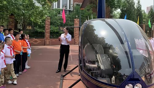 Chiếc trực thăng được nhà trường mượn một tuần để giảng dạy. Ảnh: The Paper.