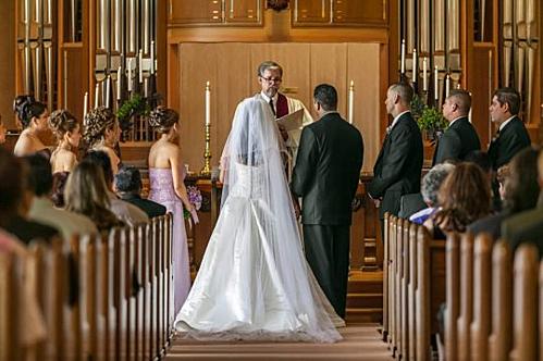 Cô dâu tổ chức lễ cưới của mình cùng lễ tang người thân. Ảnh: Metro.