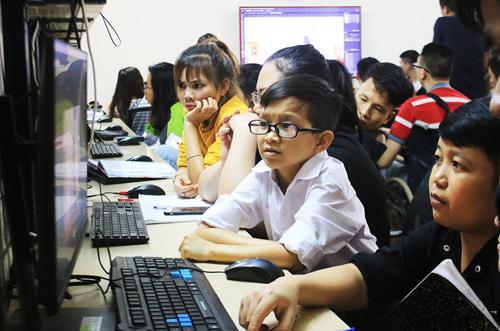 Thầy giáoNguyễn Văn Hùng đang giảng bài cho học sinh tại trung tâm Nghị lực sống (Hà Nội) đầu tháng 5 vừa qua. Ảnh: Hoài Nam.
