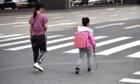 Mẹ giả vờ để con gái mù đi học 'một mình' trong 5 năm