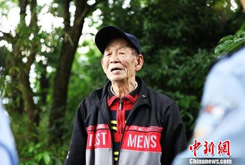 Trước đây, ông Jiang thường cùng vợ đi tìm mộ của cha, mãi cho đến khi vợ mất, ông vẫn chưa tìm được. Ảnh: China News.