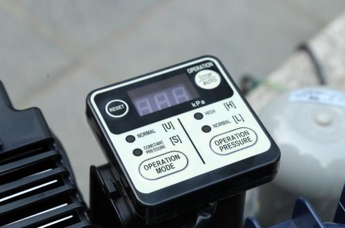 Bảng điều khiển giúp theo dõi cũng như tùy chỉnh hoạt động của máy bơm.