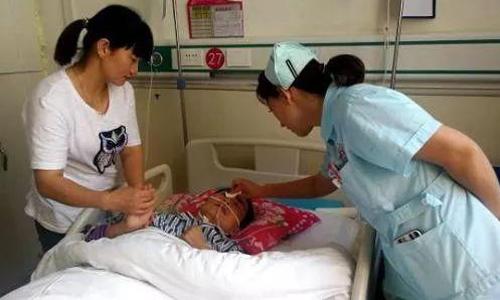 Chị Yang Hongyan được điều trị trong bệnh viện, còn chồng tình trạng nặng hơn được bố mẹ chồng đưa về nhà. Ảnh: Chinanews.