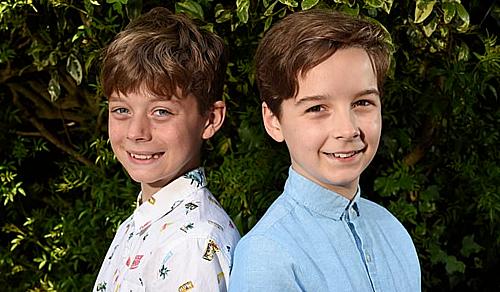 Hai cậu bé tuổi 11 và 12, với mái tóc vừa cắt.