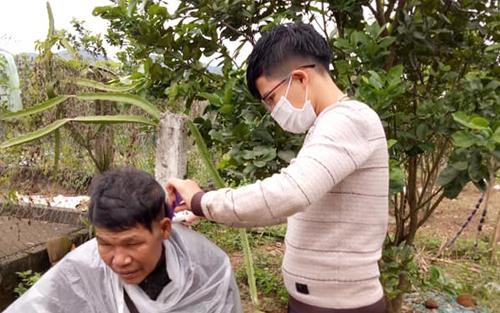 Bon tập cắt tóc để sau này có thể lập nghiệp từ nghề này. Ảnh: Minh Thiên.