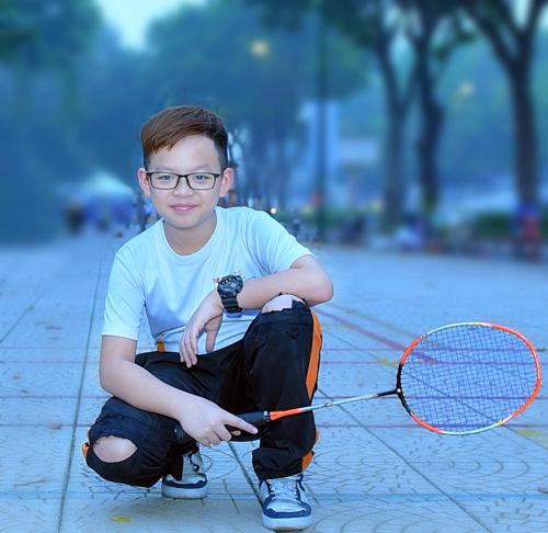 Hình ảnh cậu con trai với chiếc quần nhiều đường vá được Khánh Vân chia sẻ trên trang cá nhân.