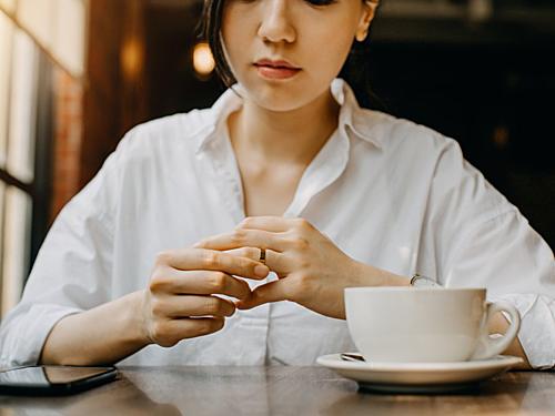 Phụ nữ ngày nay có tỷ lệ ngoại tình nhiều gần tương đương nam giới. Ảnh: Businessinsider.