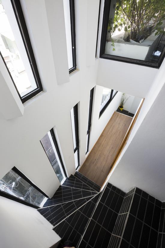 Loạt khe cửa mang ánh sáng vào ngôi nhà Sài Gòn 18 m2