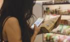 Dùng điện thoại ở siêu thị khiến hóa đơn của bạn có thể tăng 40%