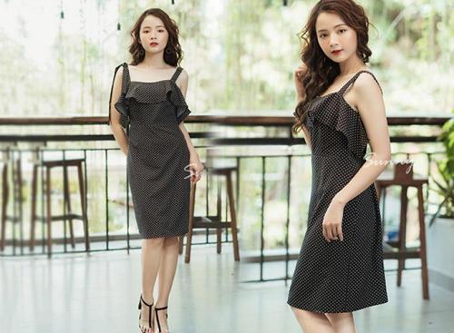 Với kiểu hai dây phối bèo nữ tính, mẫu đầm ôm chấm bi thương hiệu KIMI thích hợp cho những cô nàng yêu thích màu đen.