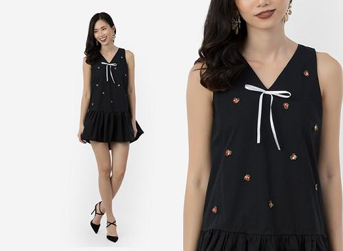 Đầm suông Amun với thiết kế sát nách, nhún bèo, được nhấn nhá bằng họa tiết hoa thêu tay cũng là một lựa chọn cho bạn gái.