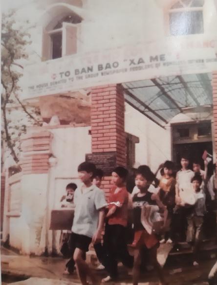 Những đứa trẻ mồ côi, lang thang cơ nhỡ ở tổ bán báo Xa mẹ tại số 13Ngô Văn Sở, Hoàn Kiếm, Hà Nội, năm 1991. Ảnh: Vũ Tiến.