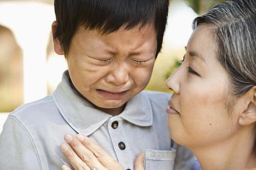 Họ đặc biệt khiến cậu bé Trung Quốc bị các bạn mang ra làm trò cười. Ảnh minh hoạ: Verywellfamily.