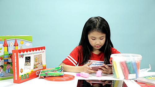 Các bé lướt vội qua các món đồ chơi và nhanh chóng chọnchiếc iPad.