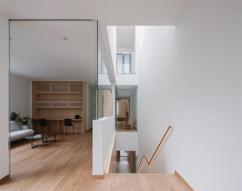 Những bức tường kính là giải pháp xóa mờ không gian chức năng của các căn phòng.