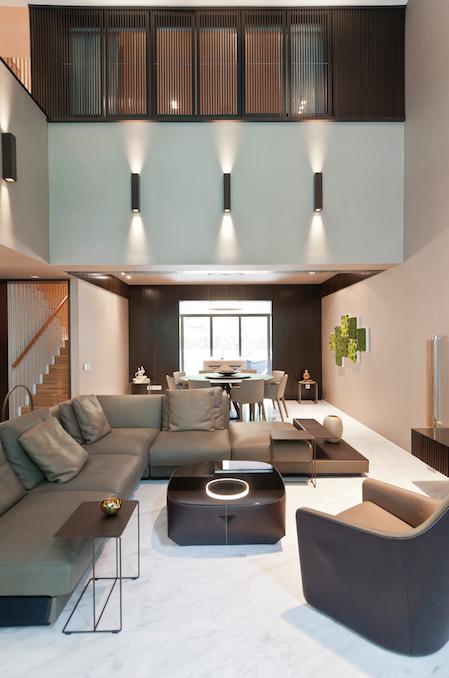 Nhà thiết kế Singapore xử lý cho căn phòng khách có chiều caolớn.