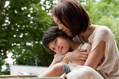 Tông giọng của cha mẹ ảnh hưởng lớn đến đứa trẻ. Tông giọng nhẹ nhàng sẽ giúp bạn nuôi con dễ hơn quát mắng. Ảnh: Ksina.
