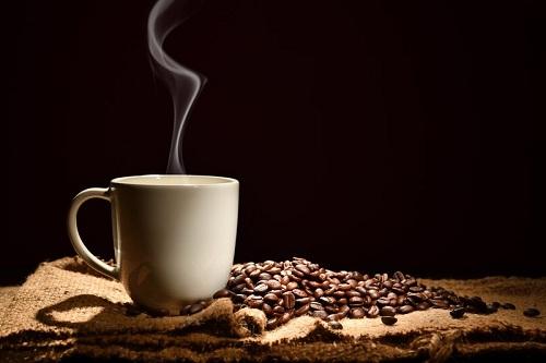 Hạt cà phê rang xay là món quà thích hợp với tín đồ cà phê. Ảnh: Ecr.